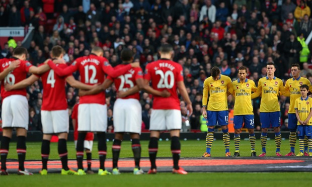 MANCHESTER, ENGLAND - NOVEMBER 10:  The Manchester United and Arsenal players acknowledge a minutes silence for Remembrance Sunday prior to the Barclays Premier League match between Manchester United and Arsenal at Old Trafford on November 10, 2013 in Manchester, England.  (Photo by Alex Livesey/Getty Images)